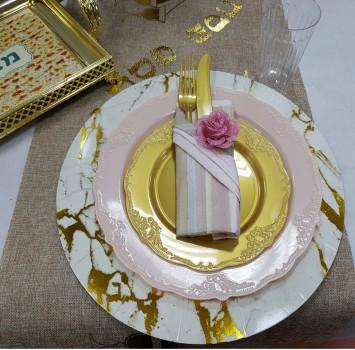 לחות בסיס, צלחות ורוד עתיק, צלחות זהב,מפיות, חבק פרח, מזלגות וסכינים, צלחת מהודרת עם ידיות למצה, רנר עם  סמלי החג, כוסות שתיה קרה.