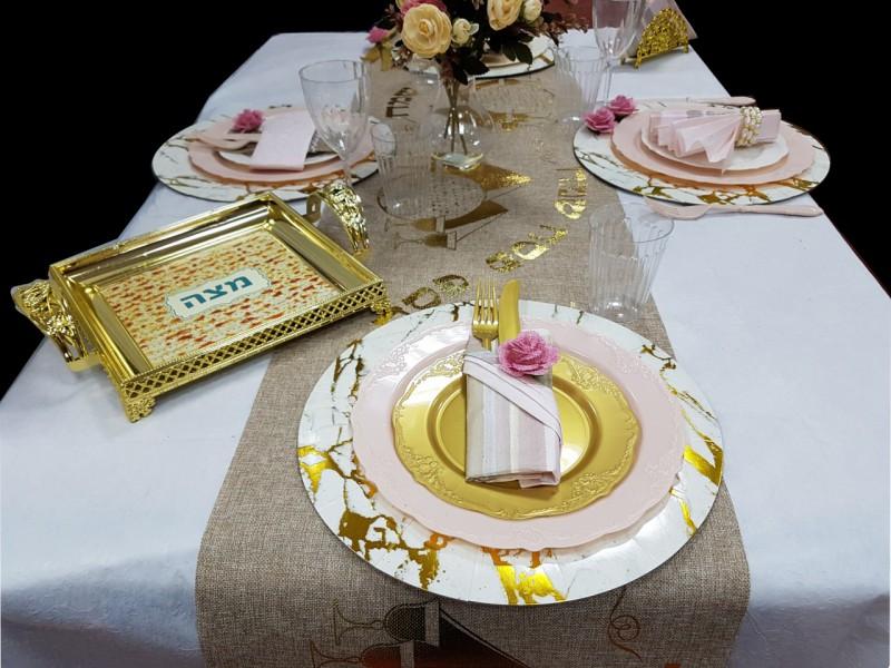לחות בסיס, צלחות ורוד עתיק, צלחות זהב,מפיות, חבק פרח, מזלגות וסכינים, צלחת מהודרת עם ידיות למצה, רנר עם  סמלי החג, כוסות שתיה קרה, כוסות יין על רגל.
