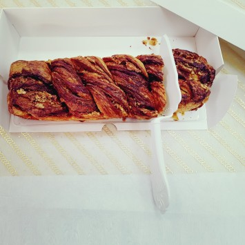 אריזה חכמה עם מגש פריסה נשלף עליו ניתן לפרוס את העוגה מבלי להוציאה מהקופסה