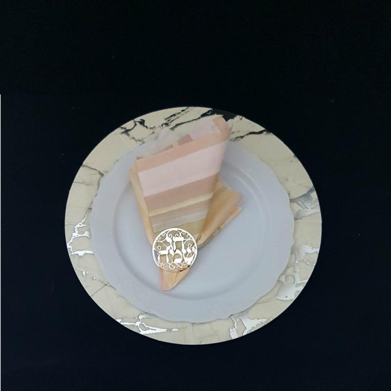 חבילת חבקי מפיות חגיגית בצבע כסף (המפית והצלחות מוצגות כדוגמת הגשה בלבד)