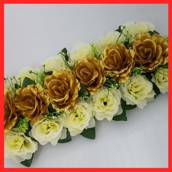 סידור ורדים בצבע זהב לבן ועלים ירוקים