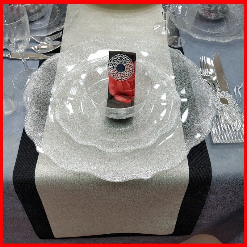 עיצוב מהמם בשחור, כסף, ואדום לשולחן החג